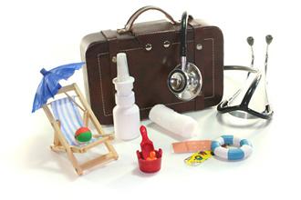 Ins Reisegepäck für den Urlaub gehört für alle Fälle eine gut ausgestattete Reiseapotheke