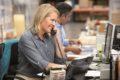 Stress, Lärm und schlechte Luft – Kopfschmerzen im Büro können vielfältig sein und dafür sorgen, dass man sich auf der Arbeit krank fühlt