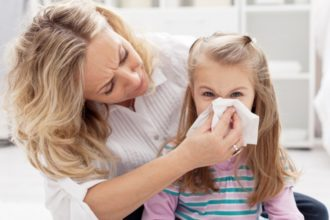 Zur akuten Sinusitis kommt es, wenn ein Infekt der Nasenhöhle auf die Nebenhöhlen übergreift