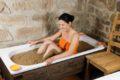 Die Wärme eines Moorbades dringt langsam, gleichmäßig und tief in den Körper ein. So werden während des etwa 20 Minuten dauernden Bads auch tiefliegende Organe und Muskeln durchwärmt