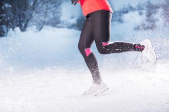 Auch wenn es draußen kalt ist, hilft Sport beim Abnehmen. Wichtig ist es, die richtige Kleidung zu wählen.