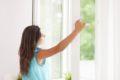 Zu trocken oder zu feucht: Die Luftfeuchtigkeit in der Wohnung kann mit einfachen Tipps gut reguliert werden und damit für ein angenehmes Raumklima sorgen.
