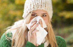 Auch wenn wir bei Schnupfen und Co. eher an Herbst und Winter denken, Erkältungskrankheiten haben das ganze Jahr Saison