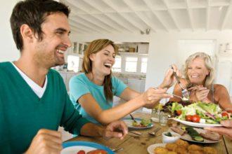 Ein Tipp gegen Verdauungsprobleme besagt, dass man möglichst zu leichter Kost greifen und üppige Mahlzeiten am Abend vermeiden sollte.