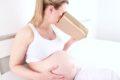 Vor allem im ersten Drittel der Schwangerschaft klagen viele wertende Mütter über Übelkeit. Vitamin B6, Ingwer und Akupressur können helfen