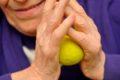 Sport erhält die Muskelkraft, erleichtert die Bewegung und senkt das Sturzrisiko. Darüber hinaus kann regelmäßiges Training eine Demenz über Jahre hinauszögern und bei einer bestehenden Erkrankung helfen