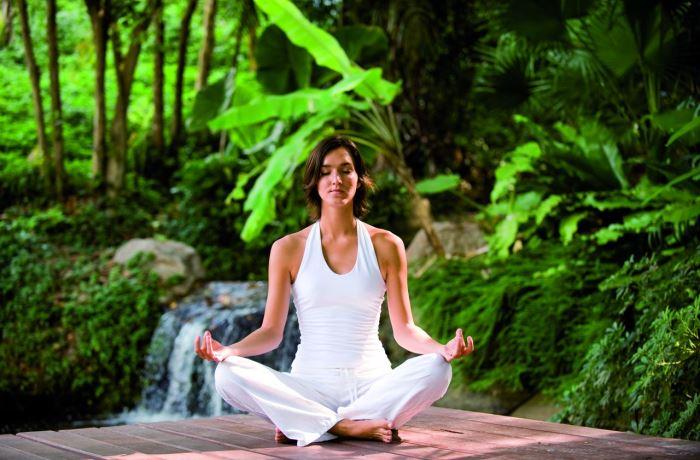 Durch Ablenkung  wird das Schmerzempfinden gehemmt und Betroffene nehmen beispielsweise Bewegungsschmerzen und Nervenschmerzen weniger stark wahr