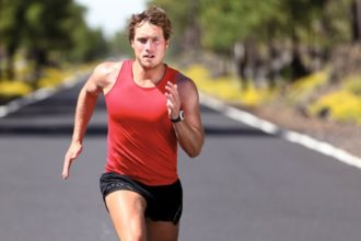 Eine aktuelle Studienanalyse zeigt, dass Sport dabei hilft, mit Schmerzen besser umzugehen