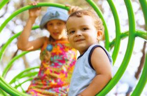 Kinder sollen fröhlich, möglichst gesund und unbeschwert aufwachsen. Schon während der Schwangerschaft sollten Mütter daher vorsichtig mit Schmerzmitteln umgehen.