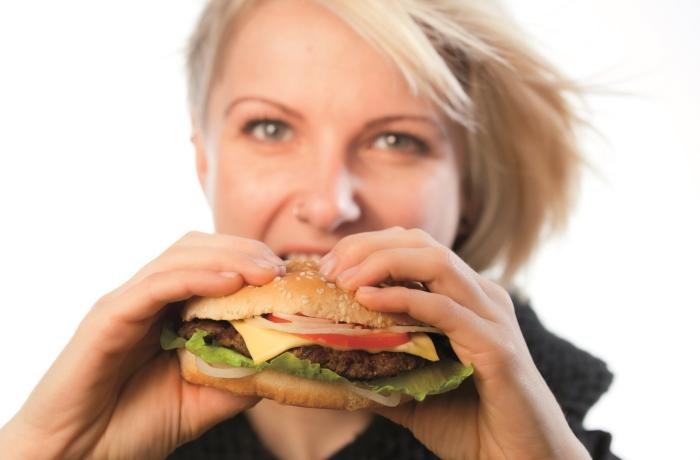 Heißhunger kann nachts den Schlaf der Betroffenen stören. Um nächtliche Essattacken zu vermeiden, braucht es Ursachenforschung.