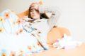 Bei erhöhter Temperatur oder Fieber bleiben die Betroffenen am besten im Bett und trinken reichlich. Am besten sind Wasser und Tees geeignet.