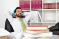 Statt sich in die Kantine zu bewegen, kann ein kurzer Mittagsschlaf die erhoffte Ruhe bringen