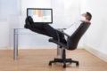 Wer lange sitzt, etwa vor dem Computer am Arbeitsplatz, riskiert seine Gesundheit.