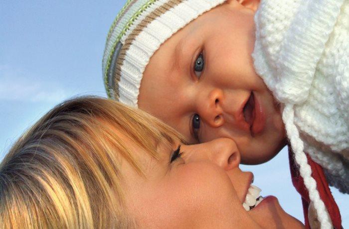 Wenig Sonnenlicht im Winter und Sonnenschutzmittel im Sommer lassen den Vitamin D-Spiegel sinken. Vor allem Frauen mit Kinderwunsch und Schwangere sollten auf eine ausreichenden Vitamin D-Haushalt achten