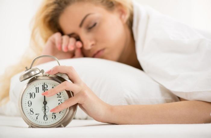 Frühes Aufstehen und geringe Motivation für die bevorstehende Arbeit: am Montagmorgen fällt wegen des Montagsblues so einiges schwer