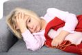 Das Pfeiffersche Drüsenfieber hat ein vielgestaltige Krankheitsbild und kann sich als grippaler Infekt, Mandelentzündung oder auch durch Bauchschmerzen äußern