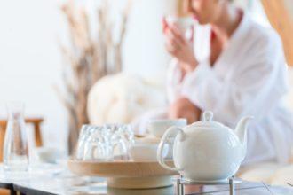 Den Körper zu entgiften, beispielsweise auf homöopathischem Wege, kann helfen, schädliche Stoffe aus dem Körper zu spülen.