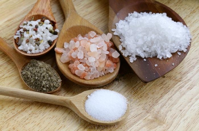 Salz kommt nicht nur aus dem Streuer sondern steckt auch in zahlreichen Lebensmitteln. Auch in Süßigkeiten ist Salz enthalten, wodurch Süßes noch süßer schmeckt