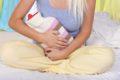 Omas alte und gute Hausmittel gegen Menstruationsbeschwerden lindern die Schmerzen und behandeln natürlich das Unwohlsein