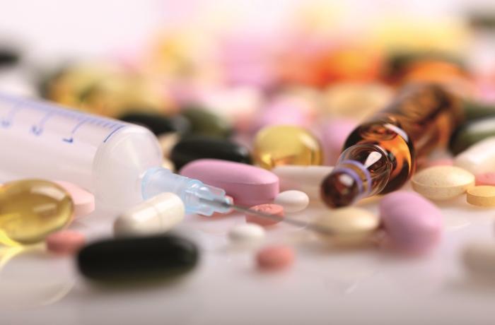 Auch pflanzliche Arzneimittel können eine Wechselwirkung in Verbindung mit schulmedizinischen Medikamenten auslösen