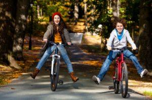 Ausdauersport wie leichtes Joggen, Schwimmen oder Radfahren verschafft einigen RLS-Betroffenen Linderung.