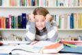 Burnout bei Schülern durch Stress in der Schule und damit einhergehende Erschöpfung sowie Depressionen – ein wachsendes Problem.