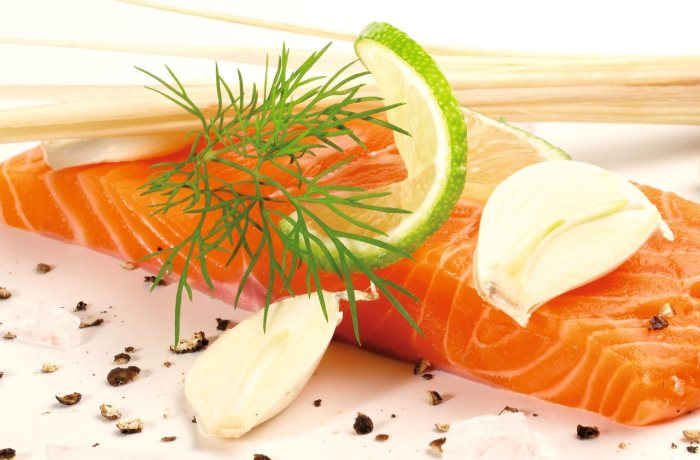 Für eine ausreichende Versorgung mit Vitamin D sorgt nicht nur Sonnenlicht sondern auch entsprechende Lebensmittel wie zum Beispiel Lachs