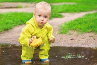 Spielen die Kinder im Matsch, können Erwachsene ein Auge zudrücken. Denn die Kleinen beugen damit chronischen Entzündungen im Alter vor.