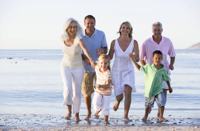 Im Urlaub drohen oft Reisekrankheiten wie Reisediarrhoe. Wie vorbeugen? Tipps und eine Checkliste für die Reiseapotheke.