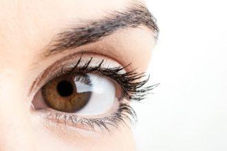 Langes Sitzen am PC kann Augenbrennen und andere Zivilisationsschmerzen verursachen. Die Schmerzen natürlich bekämpfen.