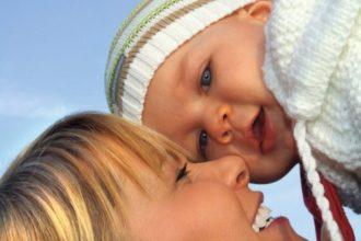 Ein Baby lernt Humor wahrscheinlich von seinen Eltern. Wissenschaftler untersuchten das Lachen der Kleinen.