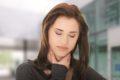 In der Herbstzeit nehmen Erkältungen zu. Halsschmerzen sind besonders unangenehm. Jedoch kann in vielen Fällen die Homöopathie helfen.