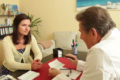 Wie funktioniert Homöopathie? Welche homöopathischen Mittel gibt es in der Apotheke? Im Video begibt sich eine Patientin auf Spurensuche.