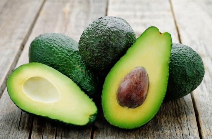 Avocado enthält viel Fett, ihre Kohlenhydrate jedoch versorgen Nerven und Gehirnzellen mit  Energie – eine gute Hilfe gegen Stress.
