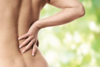 Ist der Ischiasnerv eingeklemmt, gehören zu den typischen Symptomen Schmerzen, die vom Bereich der Lendenwirbelsäule über das Gesäß an der Außenseite des Beines entlang strahlen.