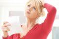 In den Wechseljahren leiden Menschen häufig unter Hitzewallungen, Migräne und Haarausfall. Die sogenannte Traubensilberkerze kann helfen.