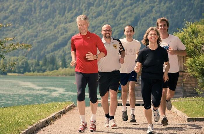 Auch nach der aktiven Zeit als Spitzensportler und dem Europameistertitel über 5.000 Meter sieht Prof. Dr. Thomas Wessinghage (links) Bewegung als ideale Unterstützung für die Gesundheit des Körpers.