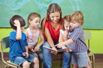 Laut einer Studie führt zweisprachige Erziehung bei Kindern zu speziellen Verknüpfungen im Gehirn, die ihr Multitasking verbessern.