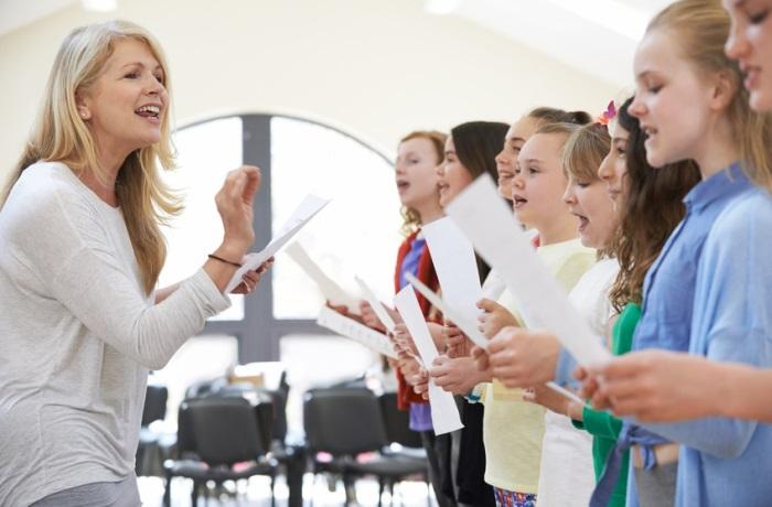 Singen lohnt sich nicht nur zu Weihnachten, denn Singen ist gesund. Es kann das Immunsystem stärken und baut Stresshormone ab.