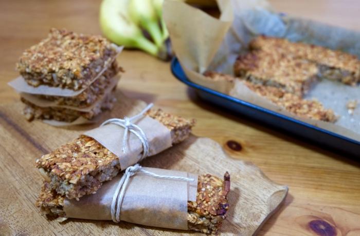 Ein gesunder Snack nebenbei: Banane-Walnuss-Energie-Riegel. Sie lassen sich sehr leicht am Wochenende oder am Abend zuvor zubereiten.