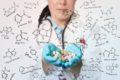 Medikamente können Vitaminmangel verursachen. So beeinträchtigen zum Beispiel Abführmittel mitunter die Aufnahme fettlöslicher Vitamine.