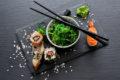 Speisealgen sind meist Makroalgen. Zu Blättern gepresst sorgen sie z.B. dafür, dass Sushi-Rollen nicht auseinanderfallen.