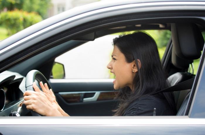 Den Bürostress sollte man nicht mit ins Auto nehmen, sondern sich eine kurze Auszeit gönnen.