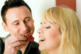 Liebe geht bekanntlich durch den Magen. Besonders beliebt, kalorienarm und reich an Vitaminen und Mineralstoffen sind zum Beipsiel Erdbeeren. Auch als selbst gebackener Kuchen ein echter Liebesbeweis.