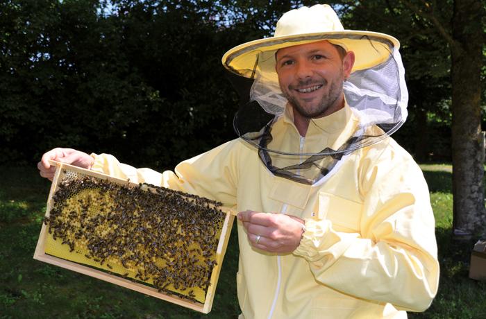 Stolz präsentiert Steffen von Helden die ersten Brutwaben der Bienenvölker. Bild: Hevert