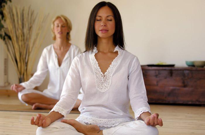 Bauchfett gilt als Risiko für die Gesundheit. Bei einer Studie in Essen stellte sich heraus, dass Yoga helfen kann, Bauchfett zu verlieren.