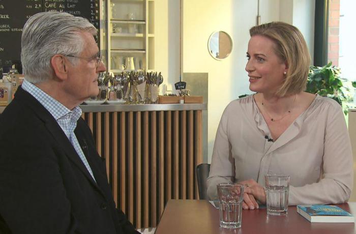 """Julia Scherf empfängt in ihrer Sendung """"So Gesehen – Talk am Sonntag"""" interessante Gäste, hier Sky du Mont."""