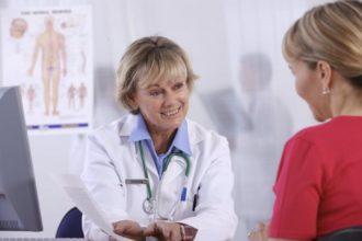Intensive Gespräche mit dem Patienten vermitteln seinen Gesundheitszustand. So kann der Arzt herausbekommen, ob der Patient zur Selbstheilung fähig ist oder aber eine helfende, massive Intervention benötigt.