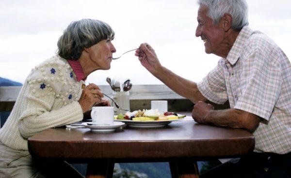 Senioren sollten beim Essen auf eine ausreichende Nährstoffzufuhr achten, um einem Nährstoffmangel vorzubeugen.