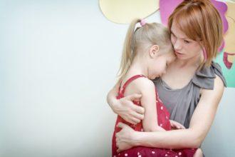 Angstzustände bei Kindern betreffen auch die Eltern, die diesen viel Aufmerksamkeit schenken sollten. | Bild: dmitrimaruta – Fotolia